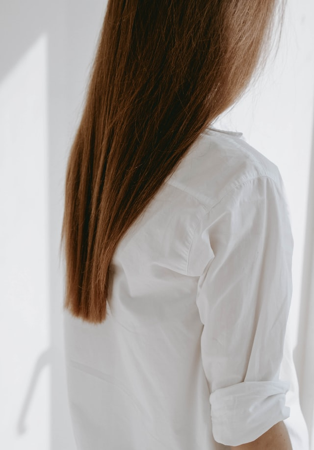 woman with healthy brown hair, shampoo buyer's guide