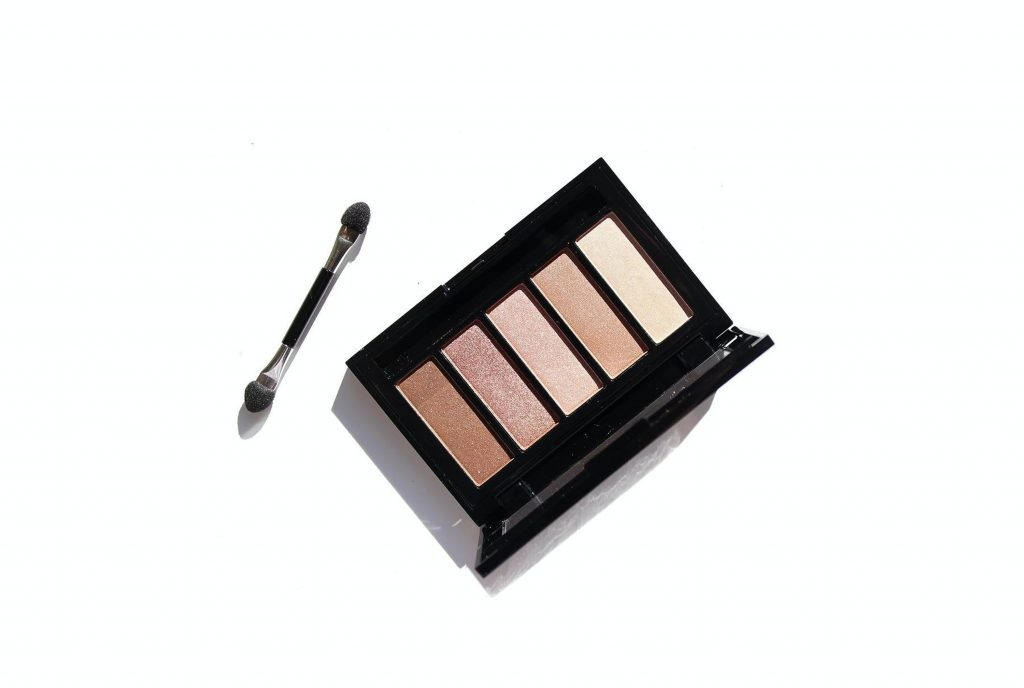 Neutral eyeshadow palette with applicator